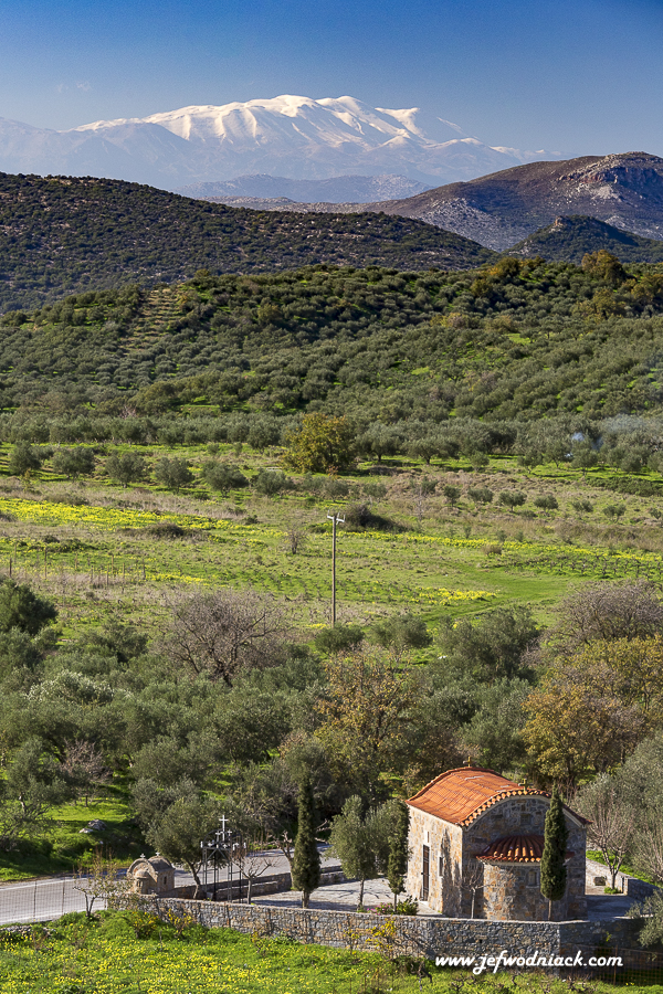 Chapelle devant les montagnes enneigées de Crète