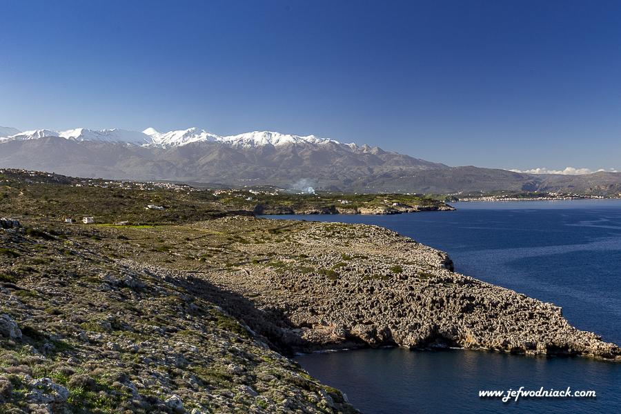 Montagnes enneigées en Crète vues de la cote.